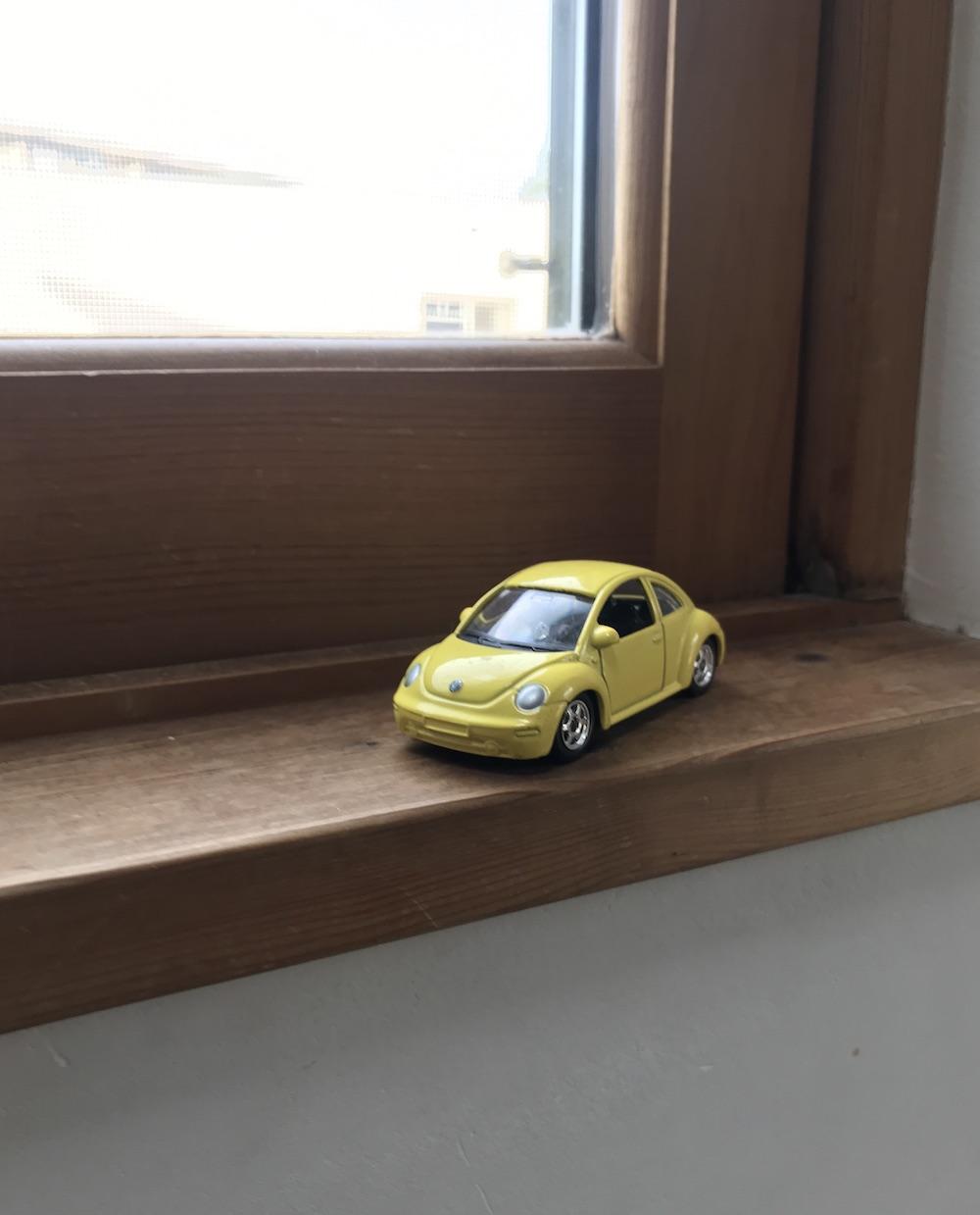 窓辺に置かれたミニカー