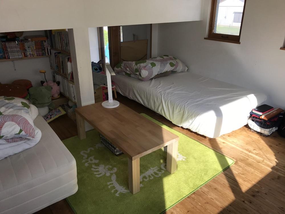 子ども部屋のベッドと座卓