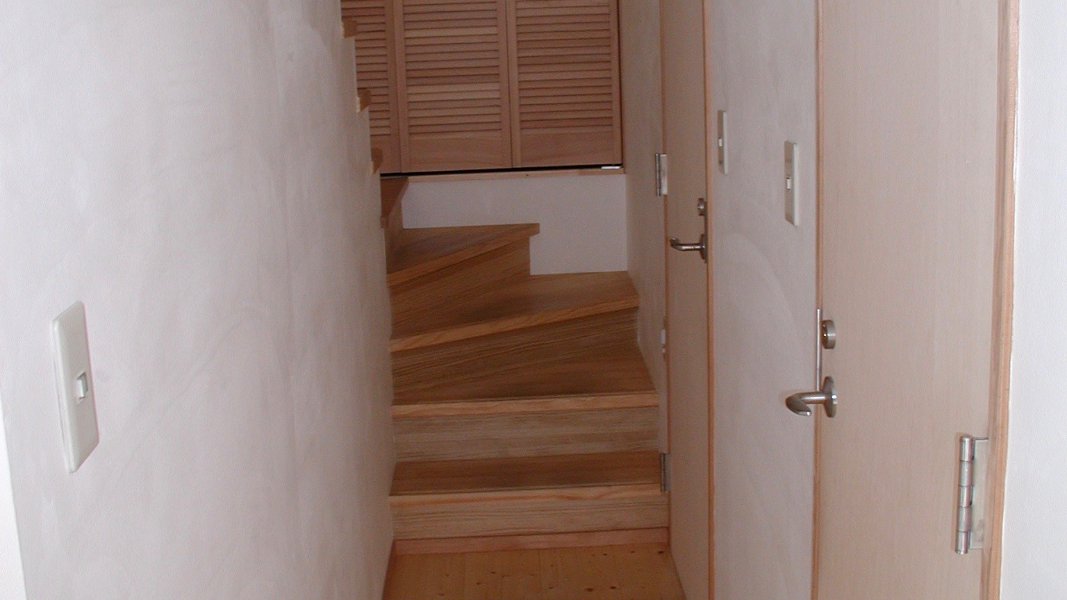 廊下に並ぶドアアイキャッチ用