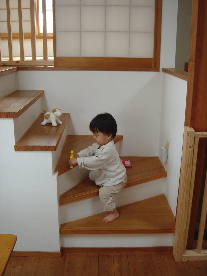 階段で遊ぶ子ども