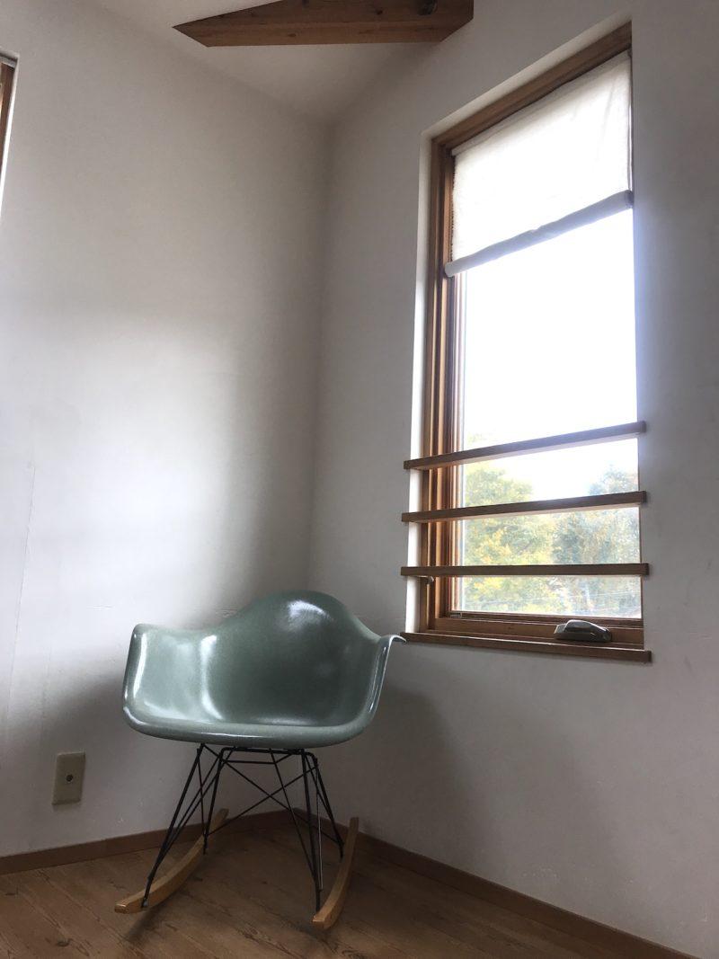 窓とイームズのイス